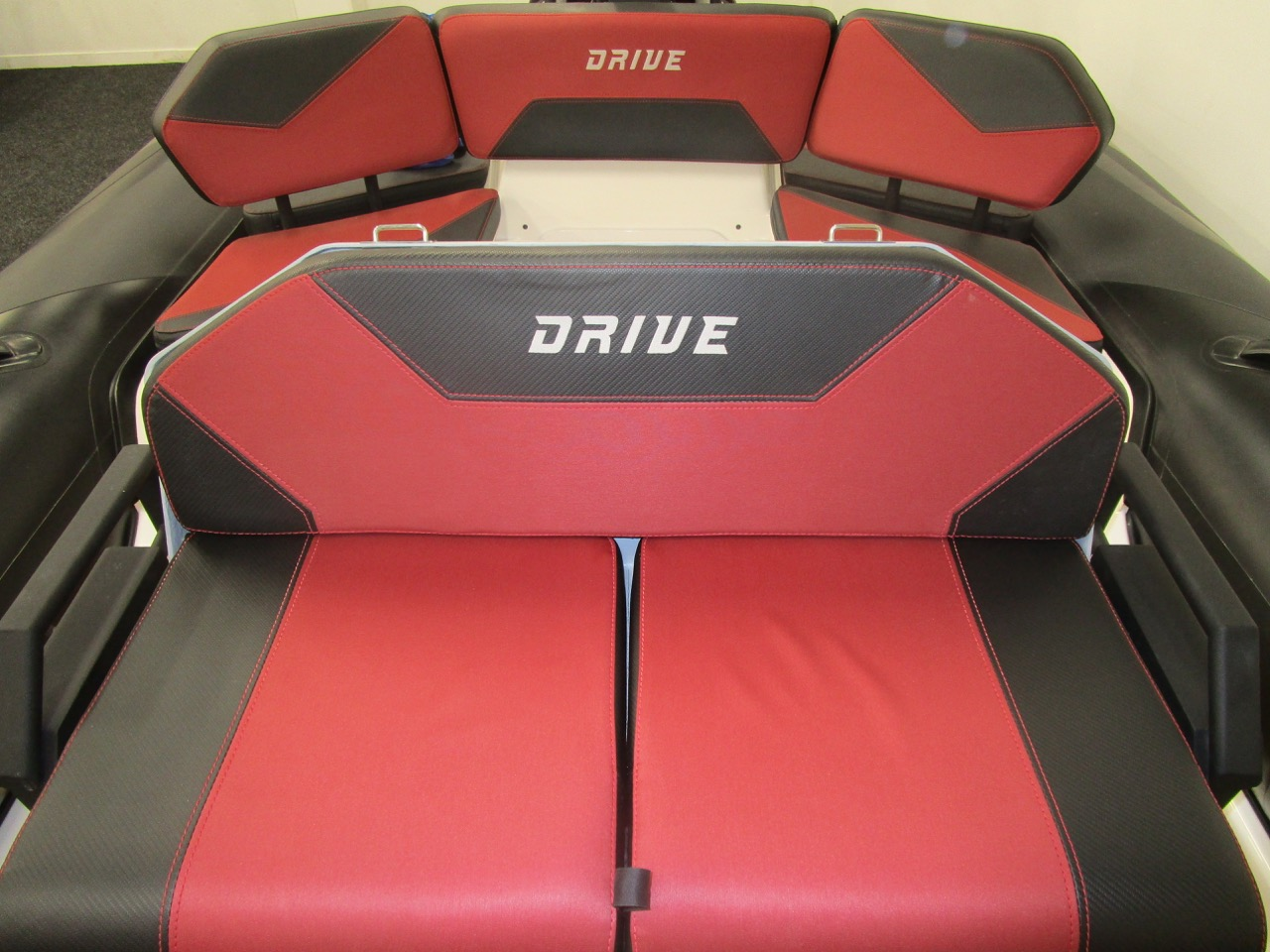 GRAND DRIVE D600 RIB helm and rear seats