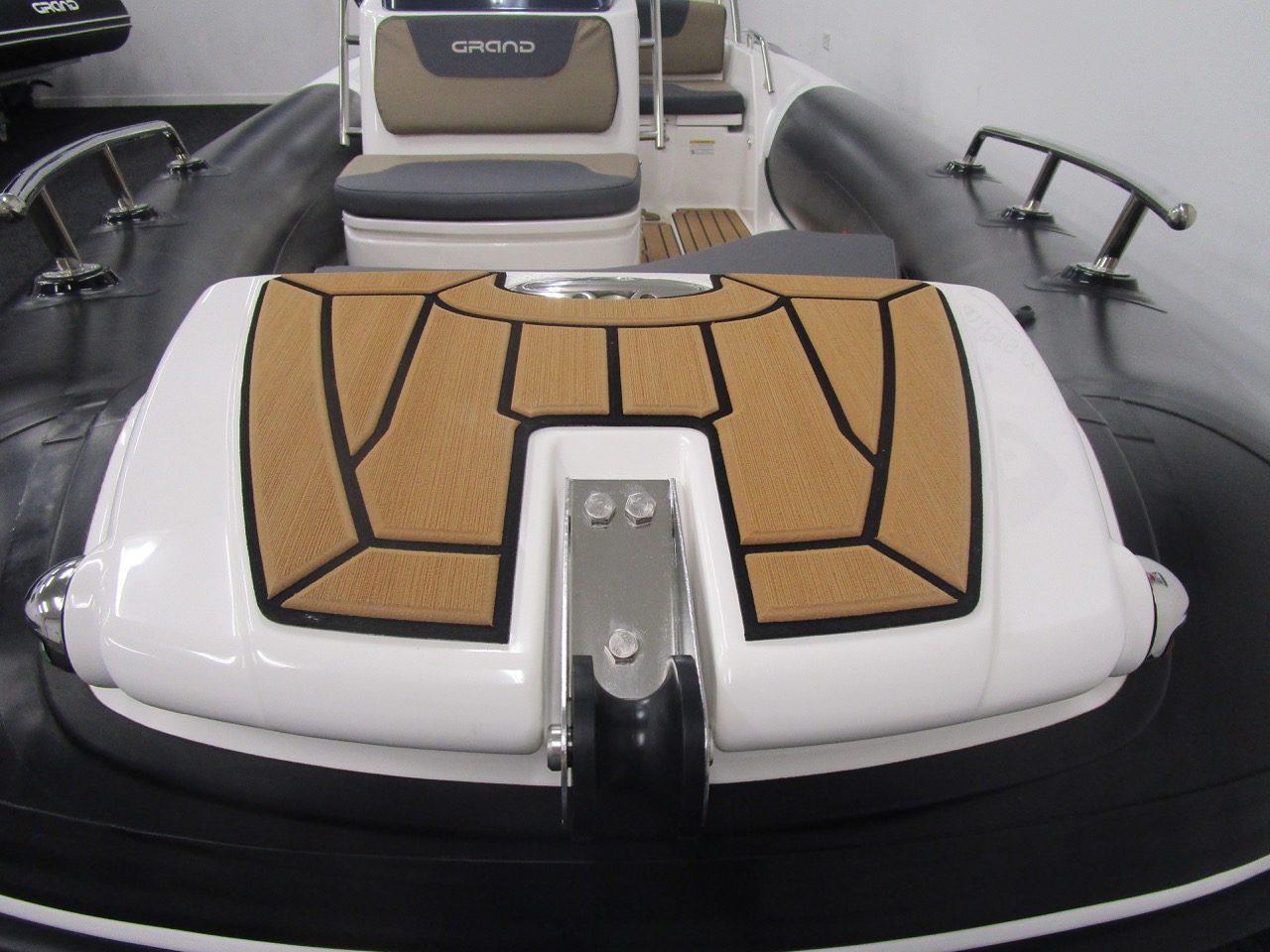GRAND G500 RIB bow step and anchor roller
