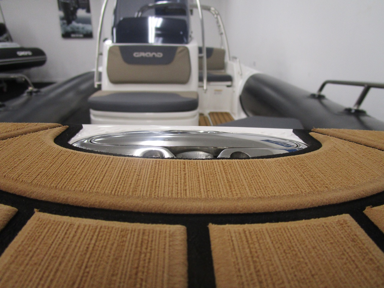 GRAND G500 RIB bow step retractable cleat down