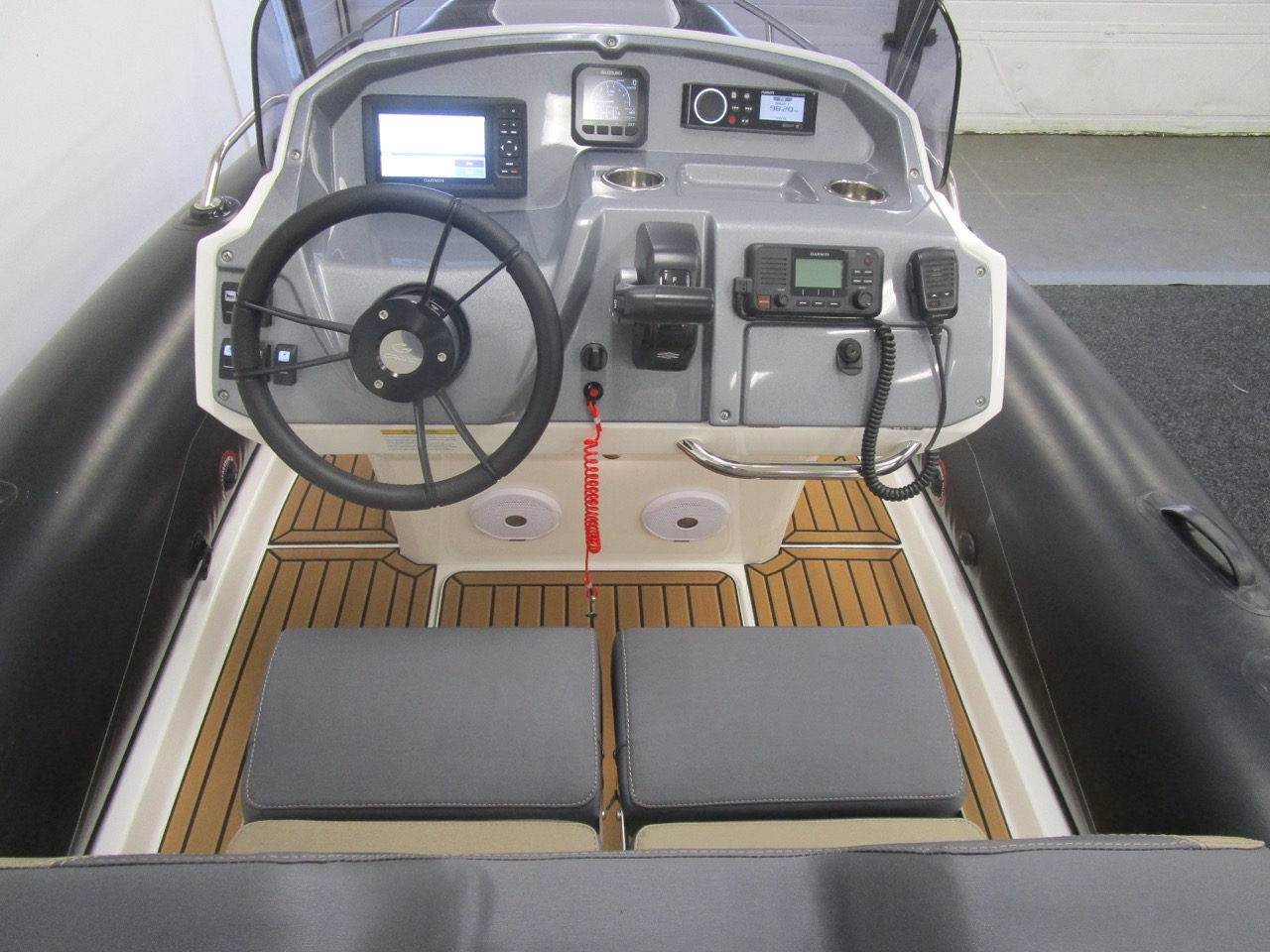 GRAND Golden Line G580 RIB helm seat and console