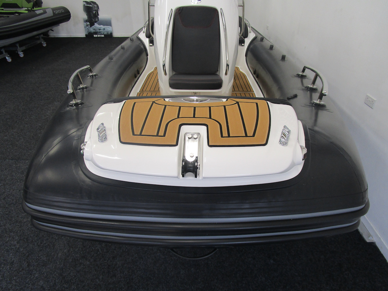 Grand RIB Golden Line G650 bow step plate and cleat (down)