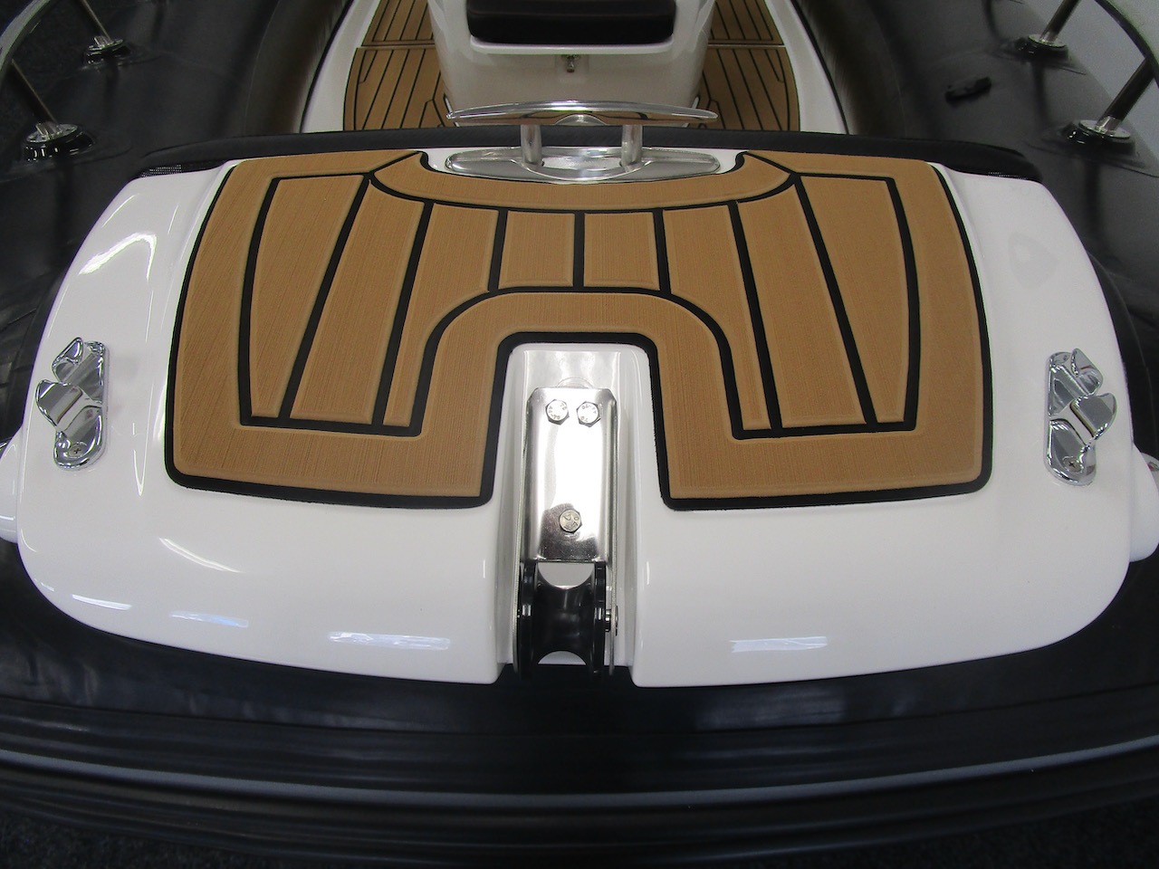 Grand RIB Golden Line G650 bow step plate and cleat (up)
