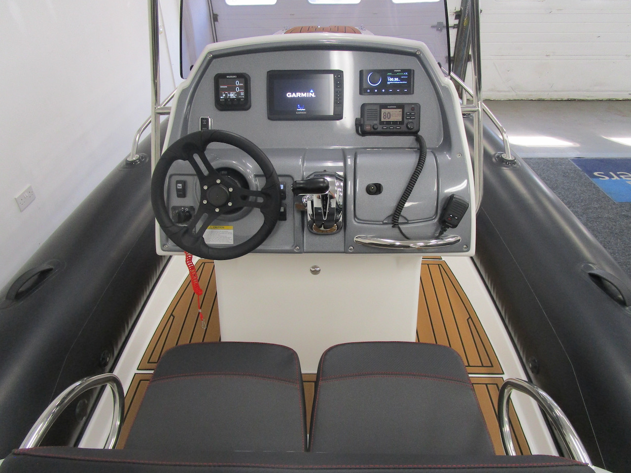 Grand RIB Golden Line G650 Helm seats and console
