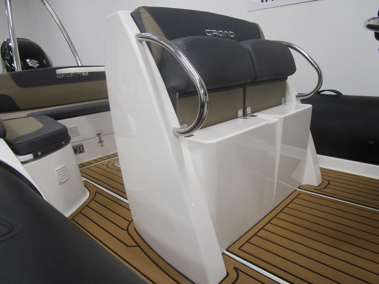 Grand RIB Golden Line G650 helm seats up
