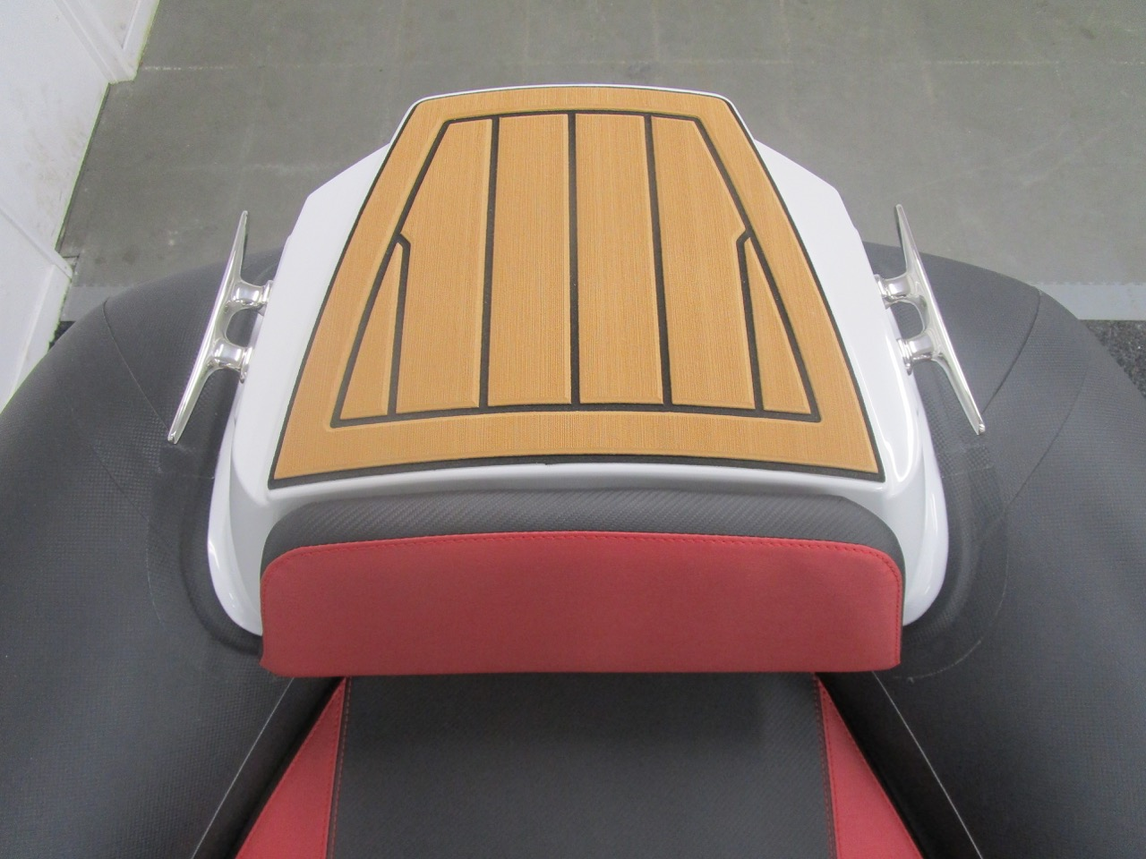 GRAND G750 RIB bow step and cleats