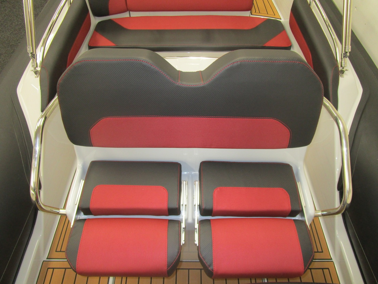 GRAND G750 RIB helm seats extended
