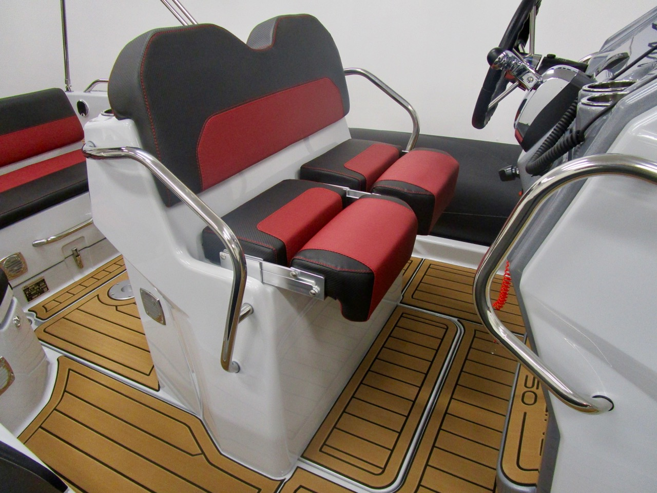 GRAND G750 RIB helm seat extended