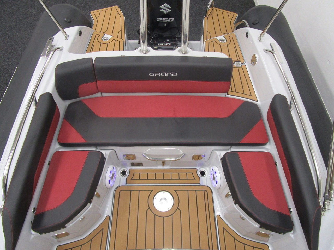 GRAND G750 RIB U-shaped rear seats
