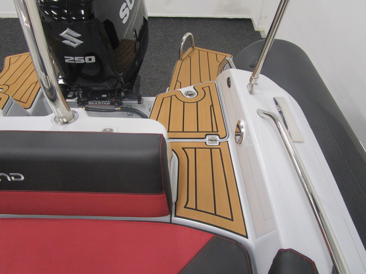 GRAND G750 RIB clear, stepped access to boarding ladder