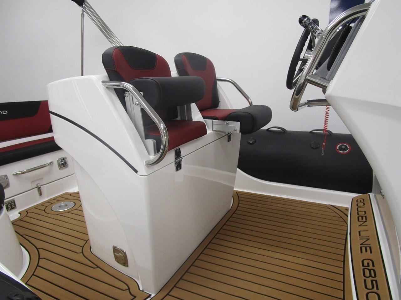 GRAND G850 RIB helm seats split
