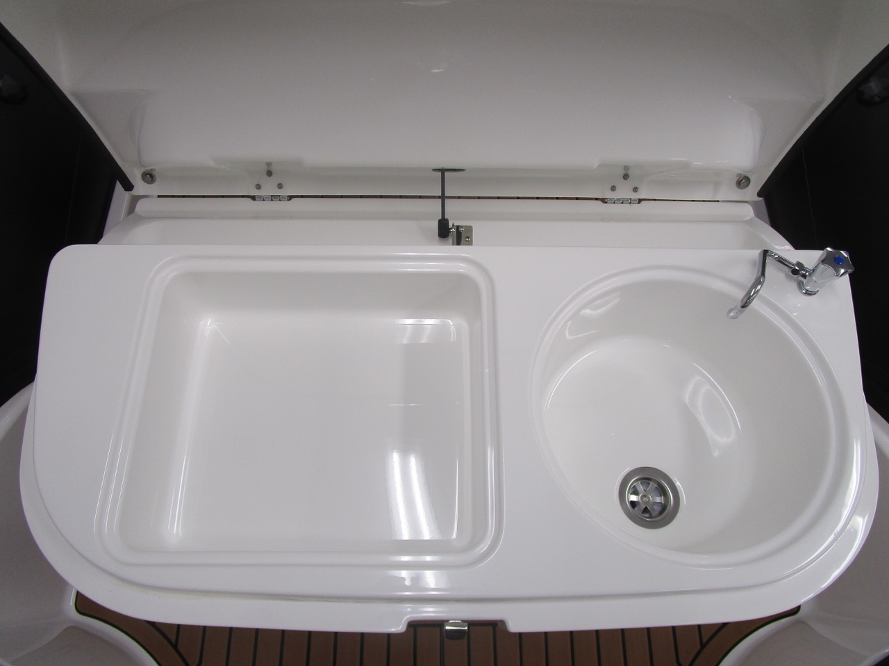 GRAND G850 RIB seat sink and storage