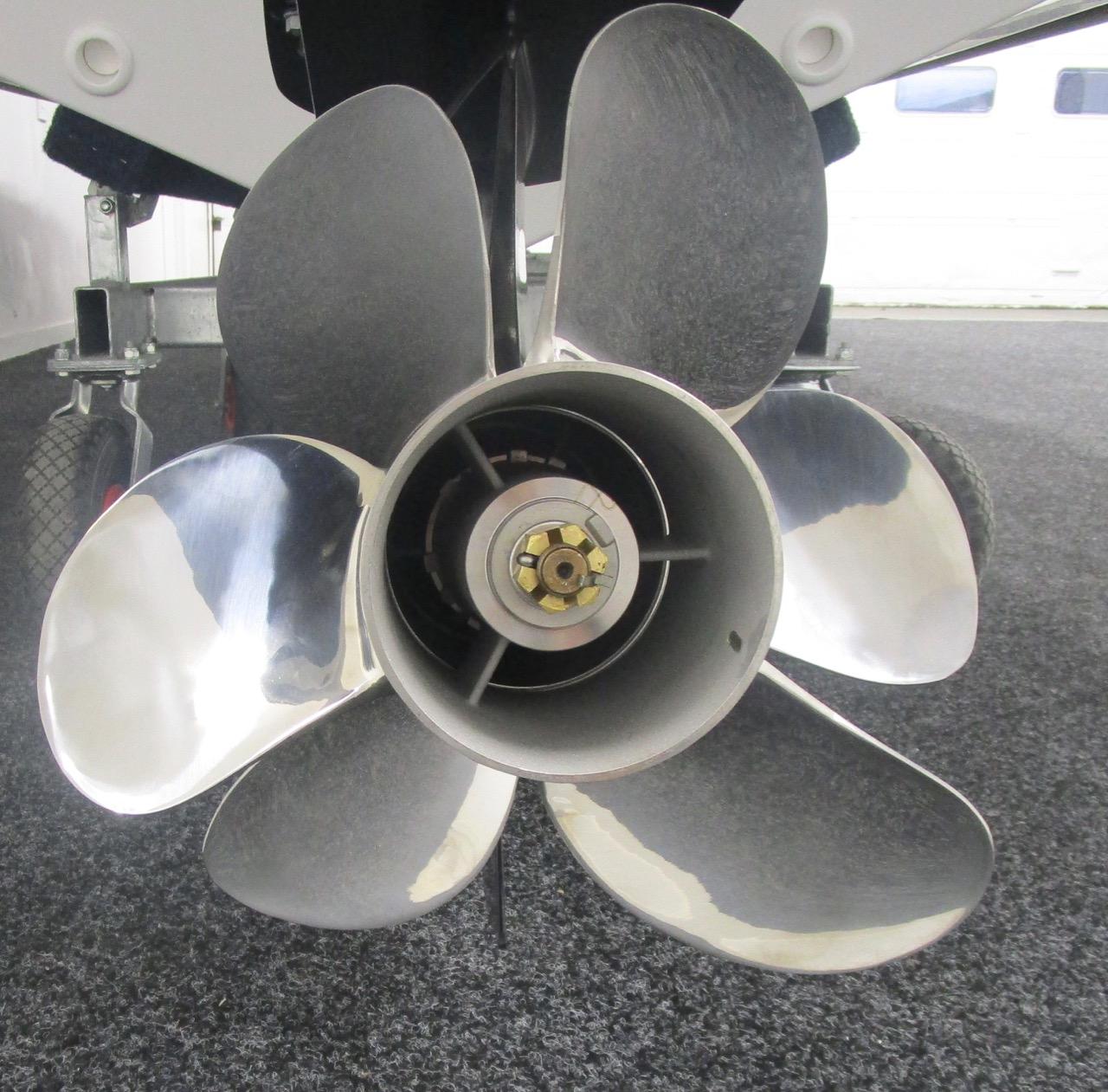 Suzuki DF350ATXX counter-rotating duo prop giving 6 blades of thrust
