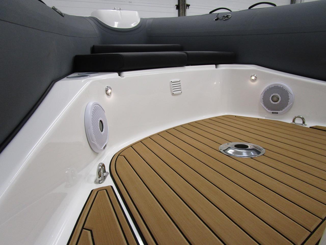 E780 bow, SeaDek, LED deck lights and speakers