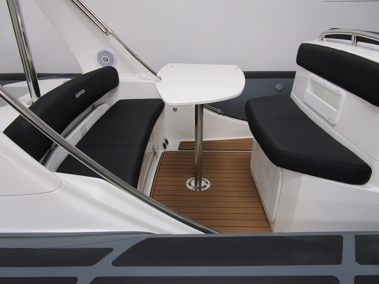 E780 - Rear seats and table