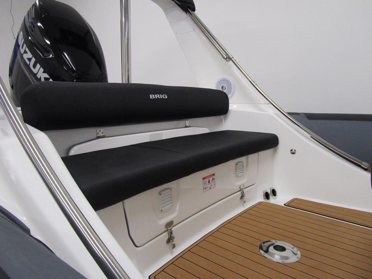 E780 - rear seat under arch, closed