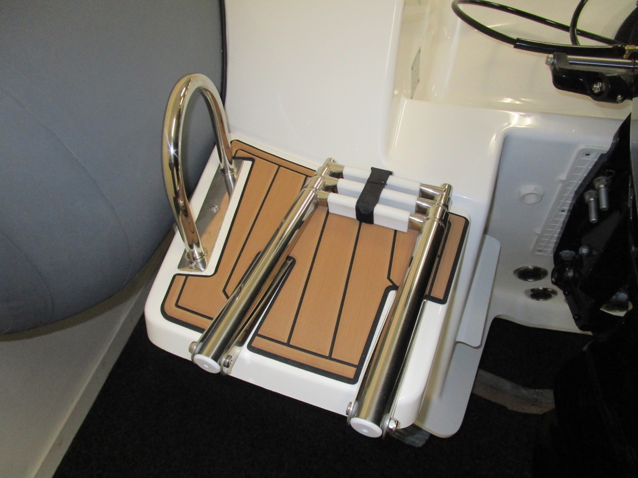 E780 boarding ladder secure for sea