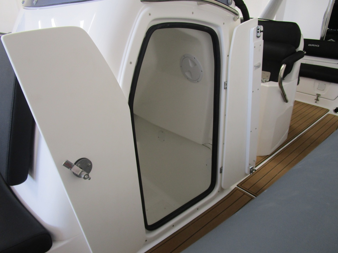 E780 console cabin, doors open